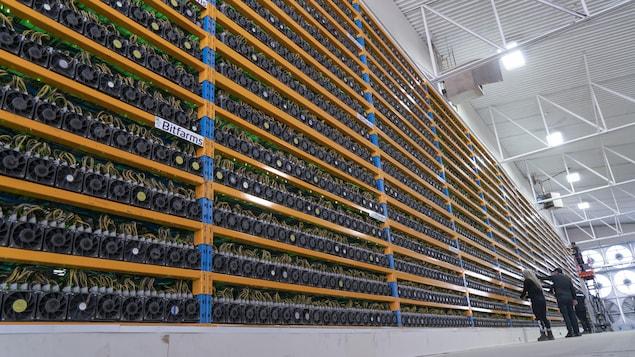 Des techniciens de Bitfarms s'affairent dans son centre de cryptominage à Magog.