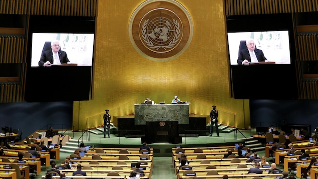 Mahmoud Abbas sur des écrans géants à l'Assemblée des Nations unies.
