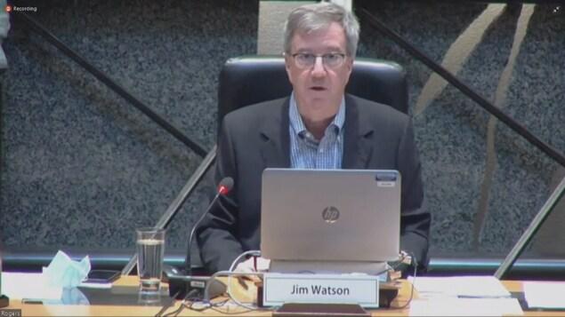 Capture d'écran du maire lors de la séance du conseil municipal.
