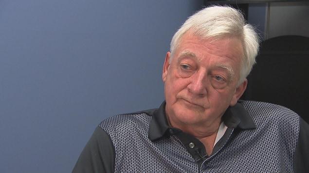 Le visage du maire en entrevue.