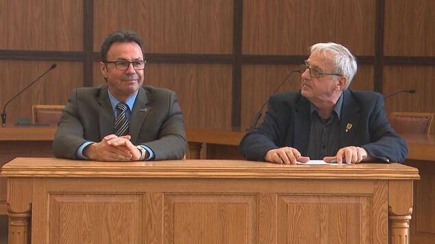 Les deux maires assis dans la salle du conseil municipal à l'hôtel de ville de Shawinigan.