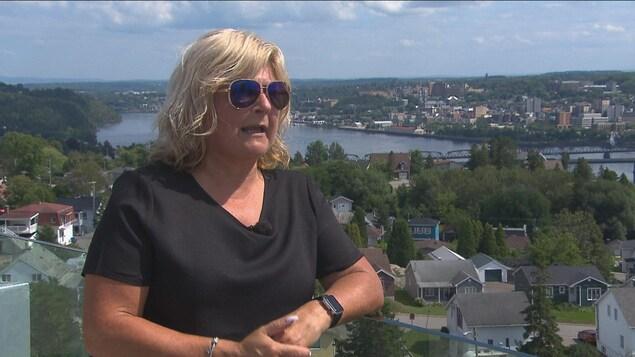 L'aspirante mairesse de Saguenay Catherine Morissette accorde une entrevue à une équipe de Radio-Canada.