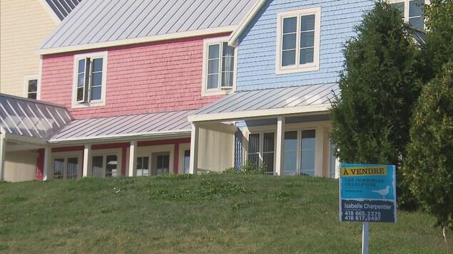 Deux maisons, dont l'une est à vendre