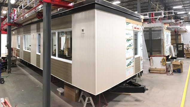 Les modules sont recouverts de panneaux bruns et beige.