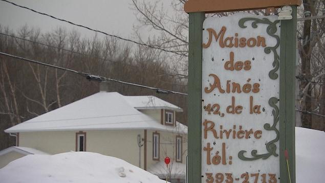Panneau qui affiche la Maison des Aînés située dans la municipalité de Grande-Vallée en Gaspésie.