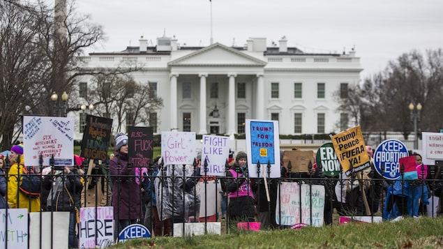 Des manifestantes brandissant des pancartes contre Donald Trump devant la Maison-Blanche