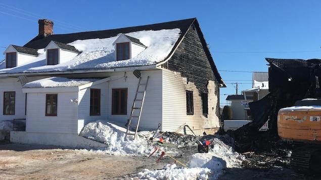 Une maison ancestrale lourdement endommagée par un incendie.