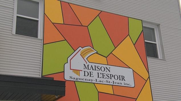 Un mur extérieur coloré d'un centre communautaire.