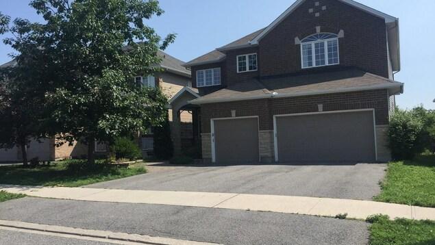Une grande maison avec deux garages.
