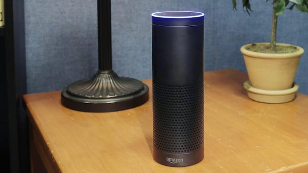 L'enceinte Echo d'Amazon, qui abrite l'assistant à commande vocale « Alexa »