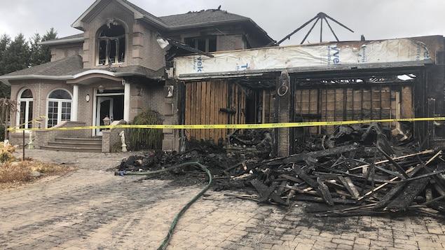 Une maison en brique coquette avec double garage, dévastée par les flammes.