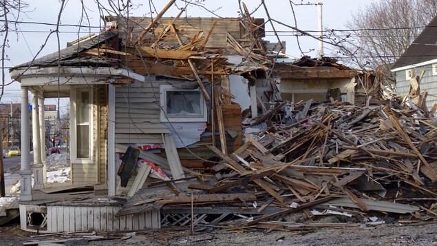 Cette maison de chambre a été démolie lundi matin, car le service des incendies a jugé que les lieux n'étaient plus sécuritaires