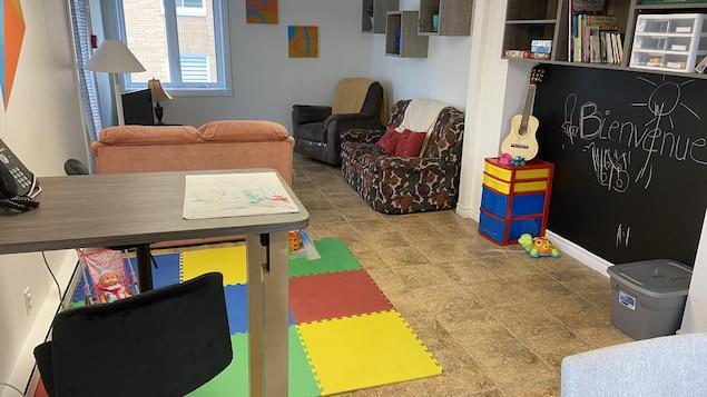 Une pièce avec des jeux pour enfants.