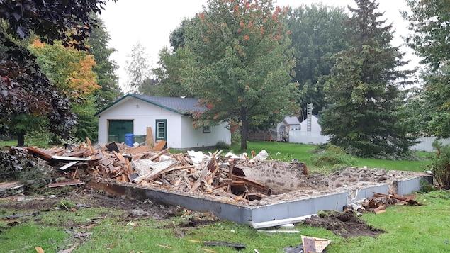 Les décombres d'une maison.