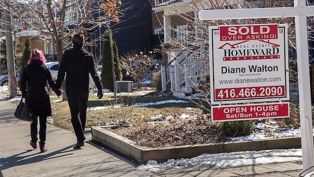 Une pancarte d'agente immobilière indiquant qu'une maison a été vendue à un prix plus élevé que celui qui a été demandé