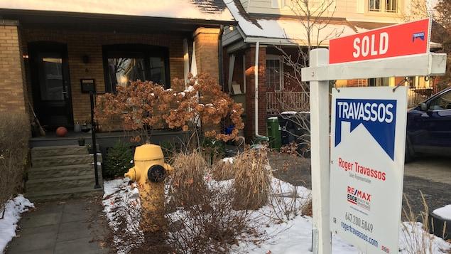 Affiche disant vendue devant une maison à Toronto.