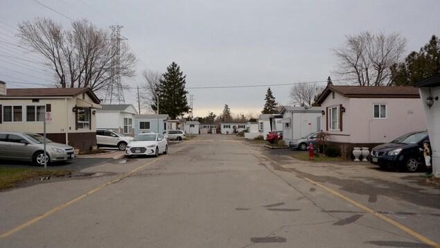 Photo d'une rue avec des maisons mobiles de chaque côté.