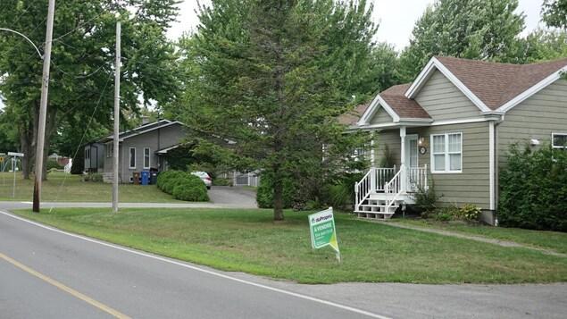 Deux maisons situées dans la ville de Terrebonne qui se trouvent de part et d'autre des limites de Lanaudière et des Laurentides.