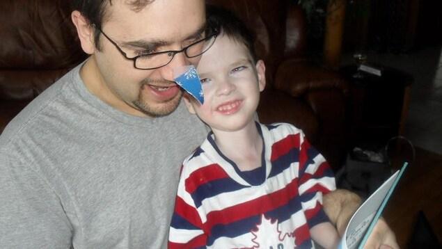 Malek Pelchat en compagnie de son père. Le petit garçon est décédé d'une maladie dégénérative à l'âge de six ans.