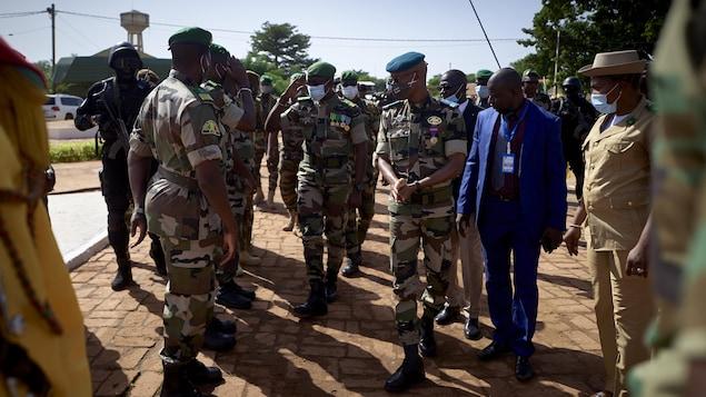 Malick Diaw en tenue militaire est entouré d'autres dirigeants militaires, lors d'une cérémonie à Bamako, le 22 septembre 2020.