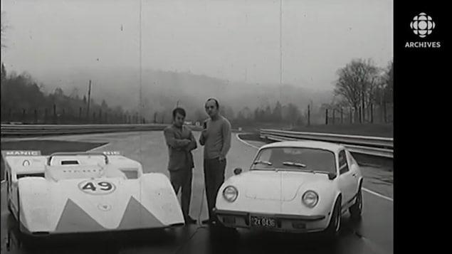Jacques About et Jacques Duval debout sur le circuit Mont Tremblant entre deux voiture Manic.
