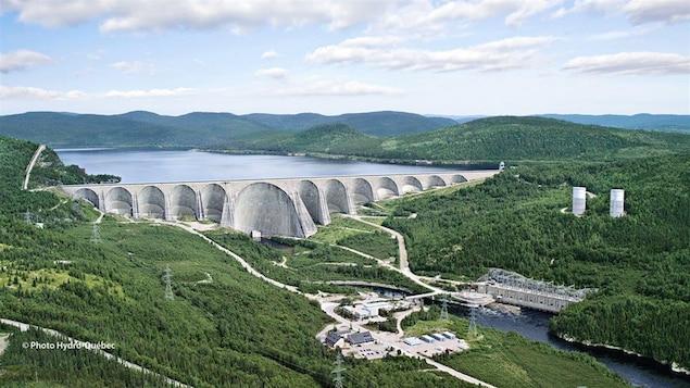 La centrale Manic-5, la centrale Manic-5-PA et le barrage Daniel-Johnson vue de loin.