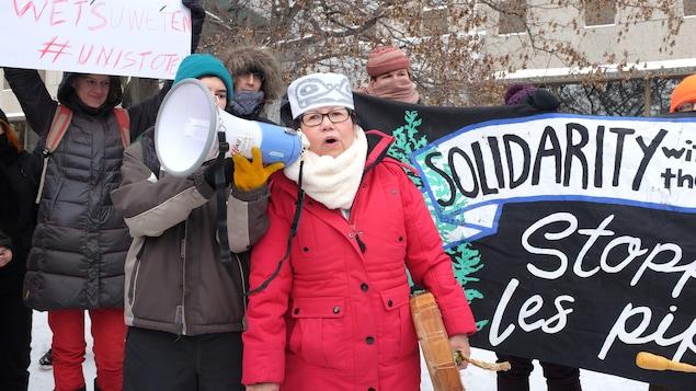 Marlene Hale, de la nation Wet'suwet'en, prend la parole à la manifestation de Montréal.