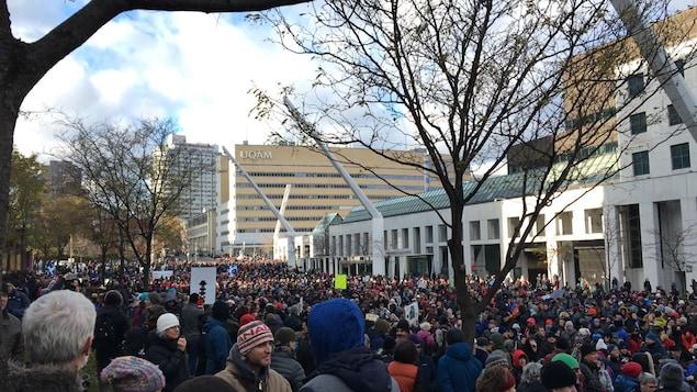 Des milliers de manifestants pour l'environnement sont réunis sur la Place des festivals, à Montréal.