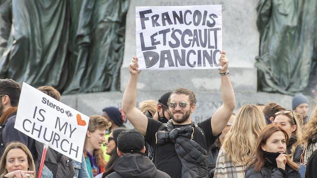 Des manifestants brandissant des pancartes.