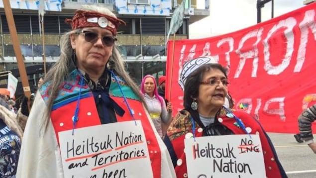 Des manifestants contre le projet d'expansion du pipeline TransMountain de Kinder Morgan