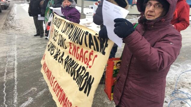 Des gens manifestent rue Belvédère Nord.