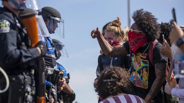 Des manifestants interpellent des policiers.