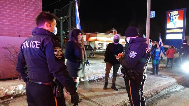 Un policier remplit une contravention.