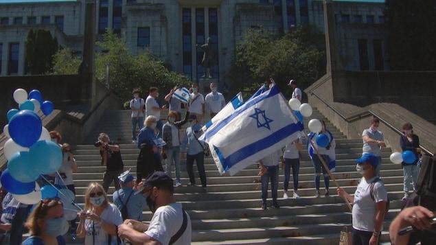 Des manifestants pro-Israël sont réunis devant l'hôtel de ville à Vancouver.
