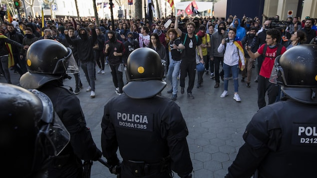 Des manifestants défient des policiers catalans lors d'une grève générale en Catalogne, en Espagne, le jeudi 21 février 2019.