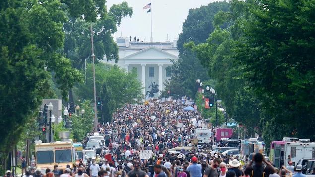 Des milliers de manifestants dans la rue devant la Maison-Blanche à Washington.