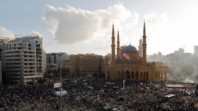 Une foule rassemblée sur la place des Martyrs.