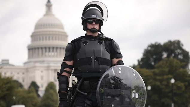 Un policier anti-émeute posté devant le Capitole.