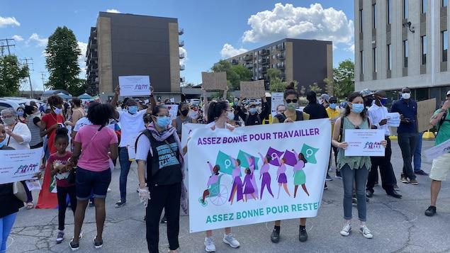 Les manifestants sont rassemblés devant les bureaux du premier ministre Trudeau.