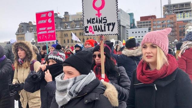 Des manifestants bravant le froid glacial pour participer à la troisième édition de la Marche des femmes à Ottawa.