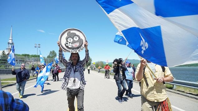 Les manifestants qui marchent