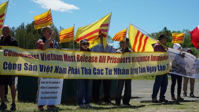 Les manifestants tiennent une affiche