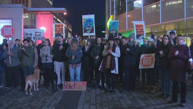 Manifestation anti-Kinder Morgan au centre-ville de Vancouver