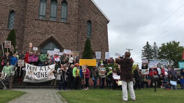 Des citoyens de Grenville-sur-la-Rouge se sont mobilisés, devant l'église, samedi après-midi contre le projet minier projeté dans leur municipalité. On y voit une affiche qui dit «non à la mine.»