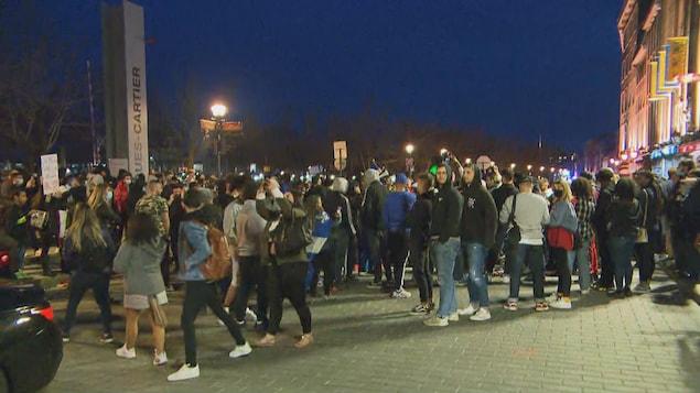 Des dizaines de jeunes sont entassés dans le Vieux-Port.