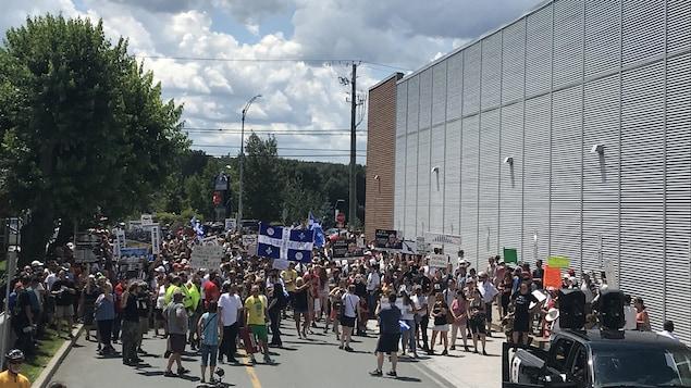 Des manifestants rassemblés à Saint-George, en Beauce.