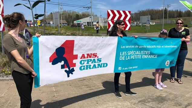 Des manifestants tenant une banderole.