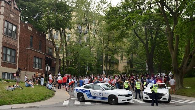 Des manifestants réunis devant le consulat du Liban entourés de policiers