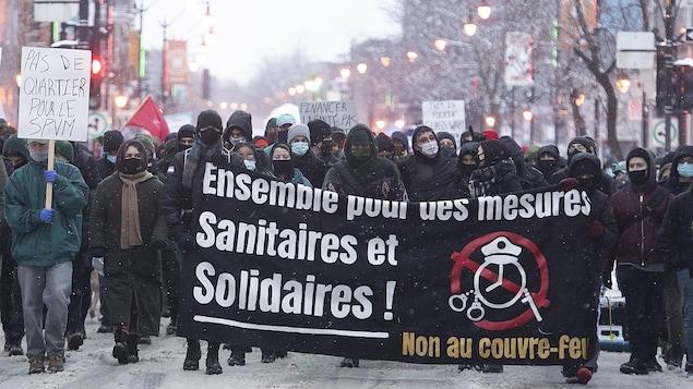 Des personnes marchent dans les rues de Montréal.