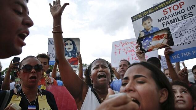Plusieurs centaines de personnes se sont rassemblées devant les installations de l'immigration à Homestead, en Floride, où des enfants d'immigrants sont détenus.
